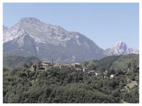 Le alpi apuane con l'abitato di Nicciano in Garfagnana (Foto di Feliciano Ravera)